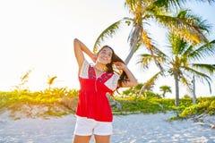加勒比海滩的愉快的拉丁美丽的女孩 库存照片