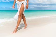 加勒比海滩旅行-妇女走在沙子的腿特写镜头 库存图片