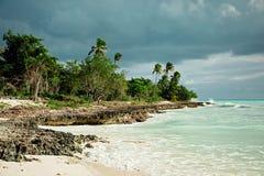 加勒比海 礁石,黑暗的天空,在雷暴前 库存图片