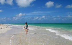 加勒比热带沙子海滩的孤独的妇女 免版税库存图片