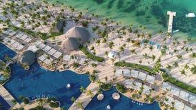 加勒比热带海滩空中录影镜头与棕榈树和白色沙子的 旅行和假期在Bavaro手段 Punta Cana 影视素材