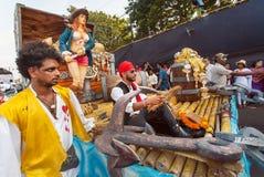 加勒比的海盗和获得其他的演员在传统果阿狂欢节的乐趣 免版税库存图片
