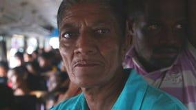 加勒,斯里兰卡- 2014年3月:内部观点的一名年长妇女和拥挤在从加勒的一辆公共汽车上到Hikkaduwa 公共汽车是主要 影视素材