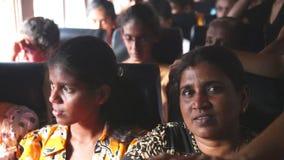 加勒,斯里兰卡- 2014年3月:内部观点的两名妇女和拥挤在从加勒的一辆公共汽车上到Hikkaduwa 公共汽车是主要手段o 股票视频