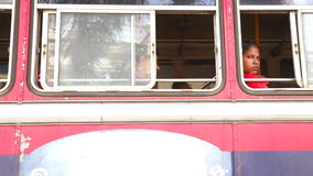 加勒,斯里兰卡- 2014年3月:地方女孩在一辆公共汽车上在加勒 加勒是南方省,斯里兰卡a的行政首都 影视素材