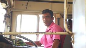 加勒,斯里兰卡- 2014年3月:局部总线司机在一辆公共汽车上在加勒 加勒是南方省, Sri L的行政首都 影视素材