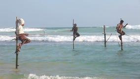 加勒,斯里兰卡- 2014年3月:观点的地方渔夫结尾杆在海洋 高跷渔是只有土佬的传统 股票录像