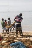 加勒,斯里兰卡- 2016年12月09日:渔夫站立和工作 图库摄影