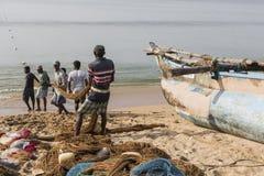 加勒,斯里兰卡- 2016年12月09日:渔夫站立和工作 免版税库存图片
