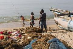加勒,斯里兰卡- 2016年12月09日:渔夫站立和工作 库存图片