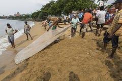 加勒,斯里兰卡- 2016年12月09日:渔夫站立和工作 免版税库存照片