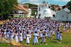 加勒,斯里兰卡- J31 2017年1月:堡垒加勒,斯里兰卡,在Shri Sudharmalaya佛教寺庙学校女孩prac tice的看法 免版税库存照片