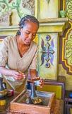 加咖啡到埃赛俄比亚的jebena罐 免版税库存照片