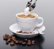 加在咖啡的糖 图库摄影