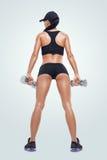 加大的训练的健身运动的妇女干涉与哑铃 免版税库存照片