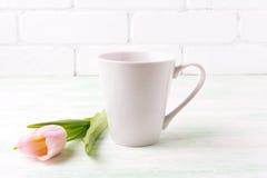 加奶咖啡拿铁与桃红色郁金香的杯子大模型 库存图片