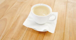 加奶咖啡杯子特写镜头有乳脂状的泡沫的 股票视频