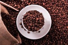加奶咖啡杯子用豆大袋和瓢顶视图 免版税库存图片