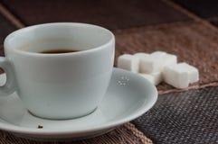 加奶咖啡杯子糖立方体和金属匙子在桌上 r 库存照片