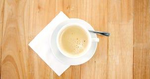 加奶咖啡杯子顶上的看法有乳脂状的泡沫的 影视素材