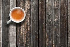 加奶咖啡杯子,在黑暗的木桌上的顶视图 免版税库存图片