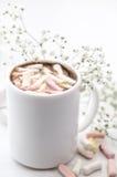 加奶咖啡杯用蛋白软糖和花 免版税库存图片