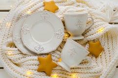 加奶咖啡设置与皇家百合 免版税库存图片