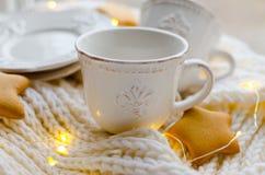 加奶咖啡设置与皇家百合 图库摄影