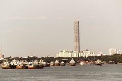 加尔各答市美好的全景河的胡格利在一好日子 钓鱼trallers是 库存照片