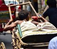 加尔各答,印度传统人力车制帽工人  图库摄影