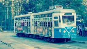 加尔各答,等待乘客的电车遗产在一星期日早晨 库存图片
