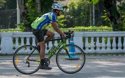 加尔各答,西孟加拉邦/印度- 2019年4月7日:一辆年轻印度人骑马自行车在通勤与速度eco的都市城市友好 库存照片