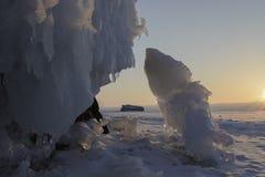 贝加尔湖冰冷的岩石日出的 免版税库存照片