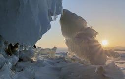 贝加尔湖冰冷的岩石日出的 库存照片