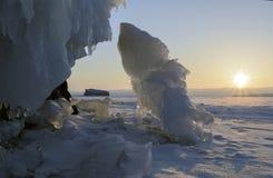 贝加尔湖冰冷的岩石日出的 库存图片