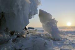 贝加尔湖冰冷的岩石日出的 免版税库存图片
