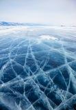 贝加尔湖冰在冬天 免版税库存图片