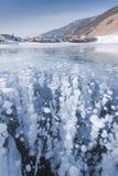 贝加尔湖冰有泡影的 免版税库存图片