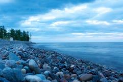 贝加尔湖岩石岸 库存图片