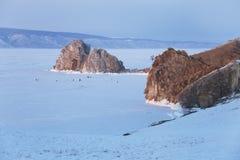 贝加尔湖海岛湖olkhon俄国 山Shamanka 颜色使充满活力红色的日落环境美化 贝加尔湖, 免版税图库摄影