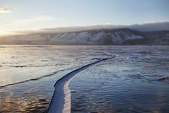 贝加尔湖湖 冬天风景,在冰的裂缝 库存照片