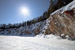 贝加尔湖湖 冬天 与岩石和杉树的海岸 库存图片
