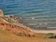 贝加尔湖的本质 岩石岸和海浪的看法 库存照片
