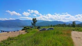贝加尔湖的游人 免版税库存照片