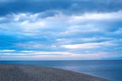 贝加尔湖石岸有日落背景 免版税库存图片