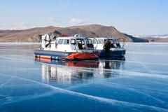 贝加尔湖表面上的气垫船  免版税库存图片