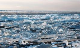 贝加尔湖表面上的清楚的蓝色冰  免版税库存照片