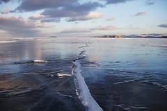 贝加尔湖风景,在冰的裂缝 冬天 图库摄影