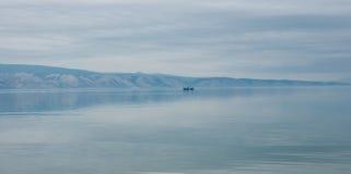 贝加尔湖,俄罗斯克里斯特尔清楚的水  免版税库存图片