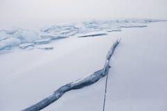 贝加尔湖,在冰的裂缝 33c 1月横向俄国温度ural冬天 免版税库存图片